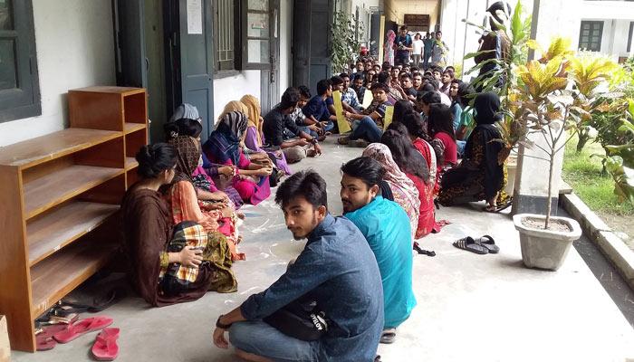 ফল প্রকাশের দাবিতে রাবি সাংবাদিকতা বিভাগের শিক্ষার্থীদের অবস্থান কর্মসূচি