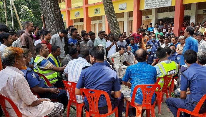 শিক্ষককে 'অপদস্থ': নাগেশ্বরীতে চার পুলিশ অবরুদ্ধ